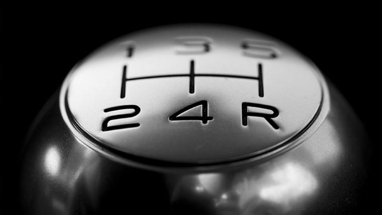 La reversa y el avance de su carro